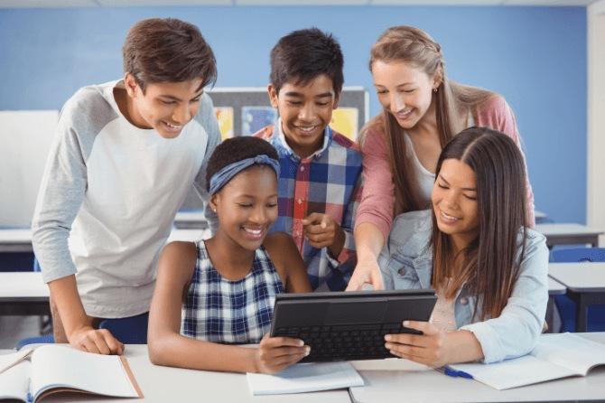 Alunos estudando com leptop Lenovo