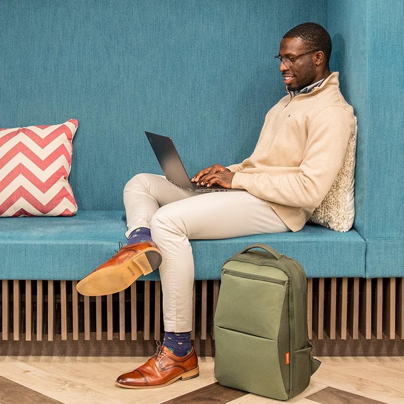 Hombre trabajando con un laptop Lenovo