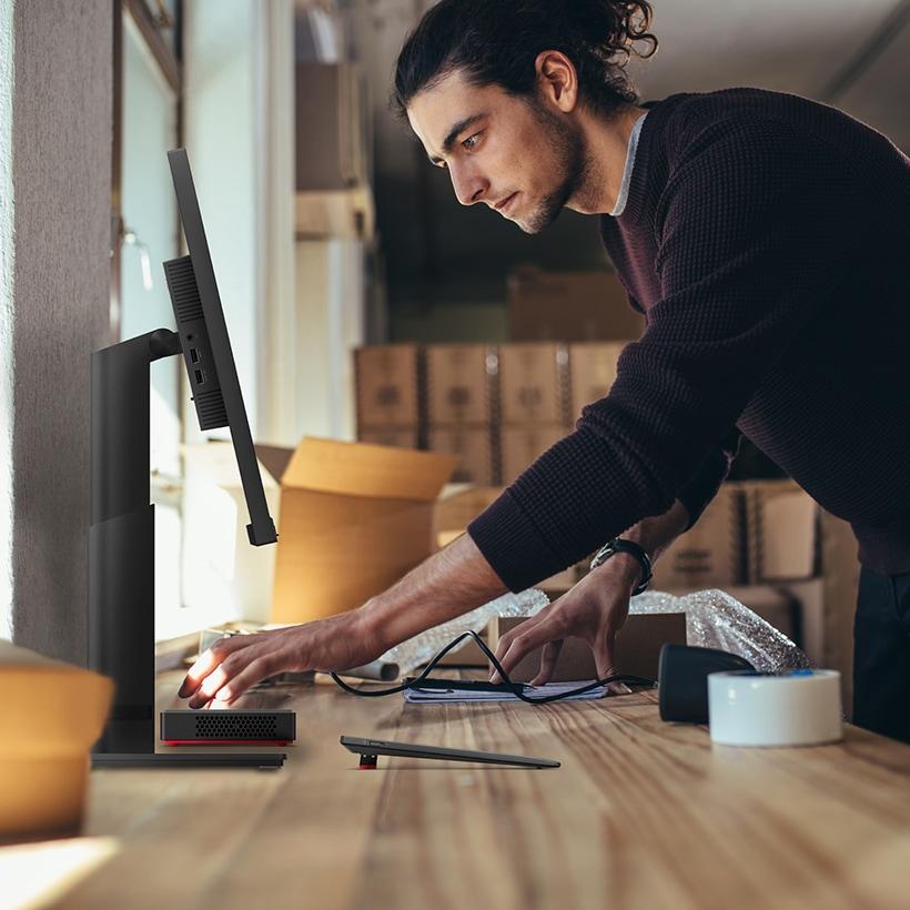 Joven trabajando con su computadora Lenovo all in one