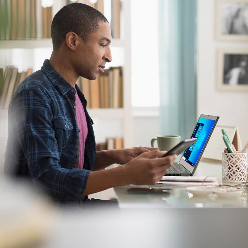 Hombre trabajando con su laptop ThinkPad X1