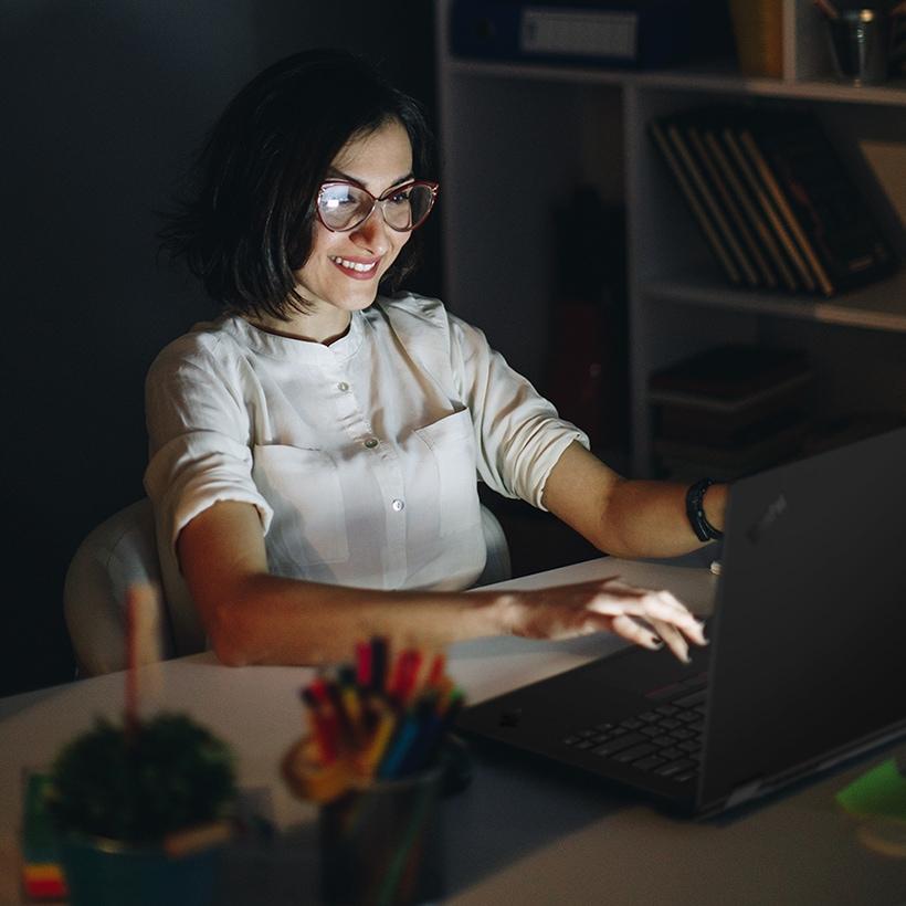 Mujer trabajando con una laptop ThinkPad