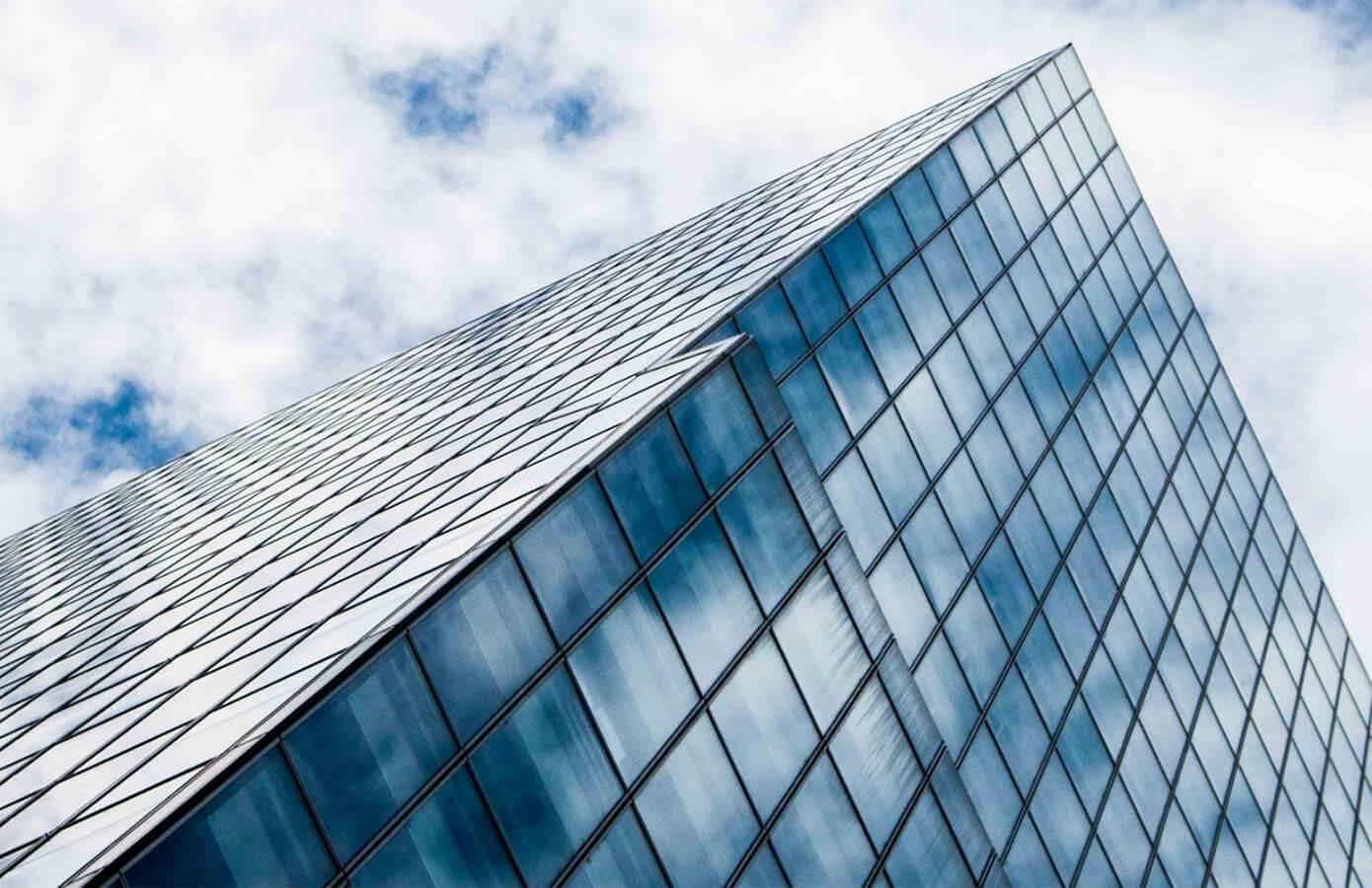 Le coin d'un immeuble de bureaux en verre du niveau de la rue