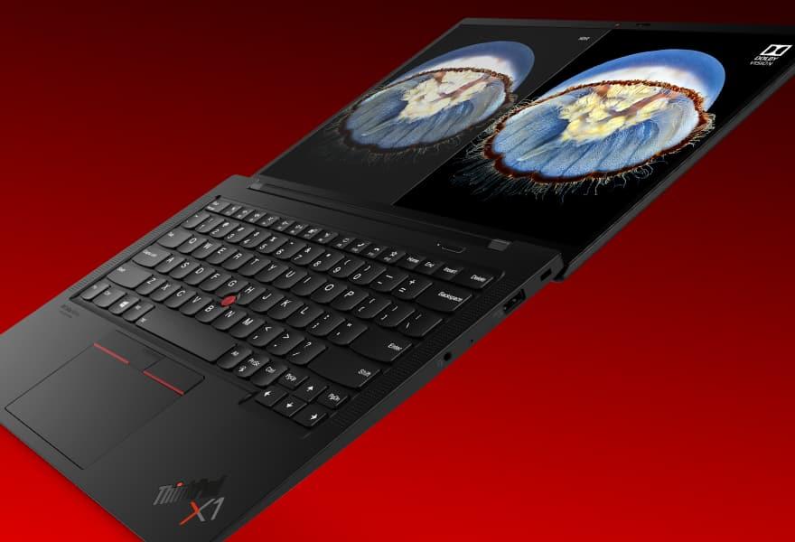 Lenovo ThinkPad X1 Carbon Gen 9 avec charnière de 180 degrés sur fond de gradient rouge foncé