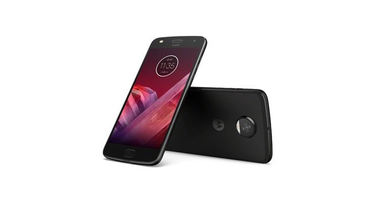 Două smartphone-uri moto z2 play alături de moto mod JBL SoundBoost 2
